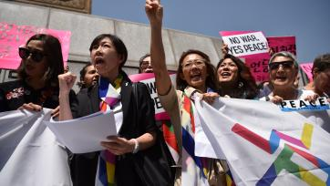 Women Cross DMZ at a demonstration outside the US Embassy in Seoul, 25 May 2018. Source: Jeehyun Kwon/Nobel Women's Initiative.